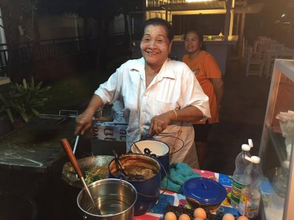 Ця пані готує нам Пад Тай