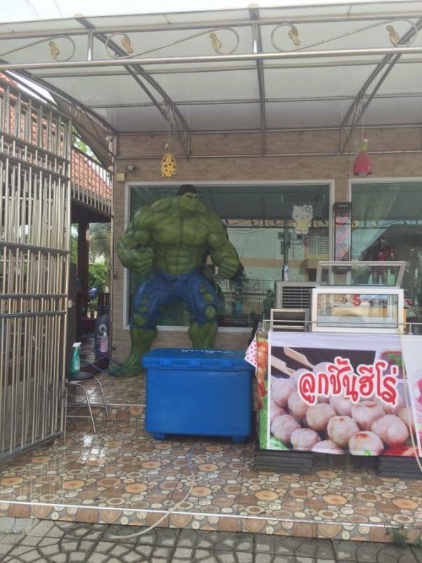 Тайці люблять різних фантастичних/фентезі героїв і часто ставлять їх фігурки. А ще все з нержавійки)